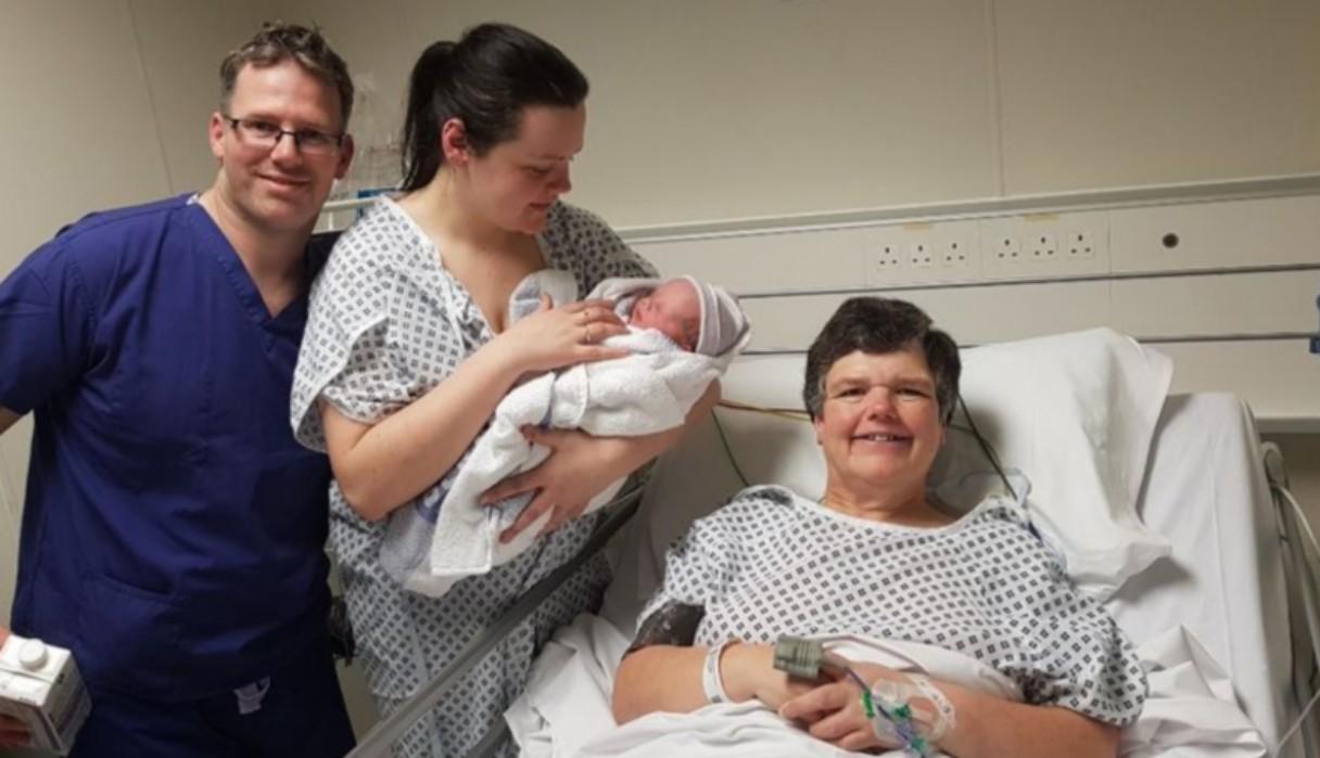 Mujer de 55 años dio a luz a su propia nieta porque su hija nació sin útero