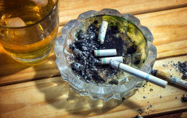 ¿Por qué dan ganas de fumar después de beber? Esto dice la ciencia