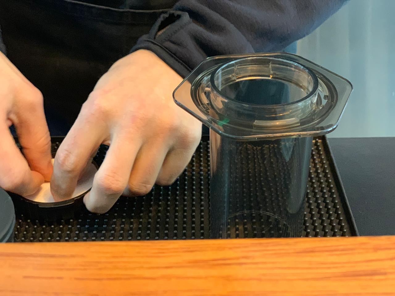 Oscar Pulido prepara café de Chanchamayo en Aeropress, un método muy práctico.