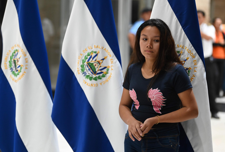 Tania Vanessa Avalos, viuda del migrante Oscar Martínez y madre de Valeria, llegó el viernes 28 de junio al aeropuerto de San Oscar Romero en San Salvador. (Foto: AFP)