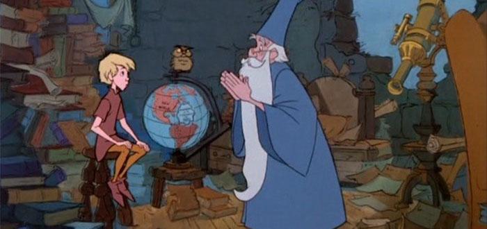 La historia de Disney, sobre el período de aprendizaje del rey Arturo con Merlín. Basada en la historia de T.H. White.