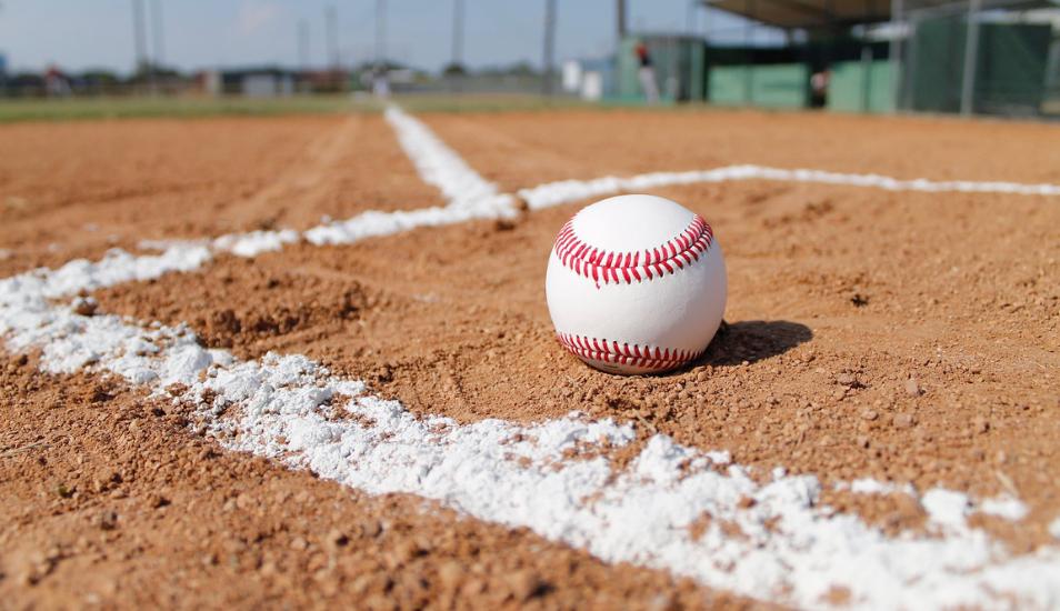 ¿Por qué este video de dos jóvenes jugando al béisbol hace saltar de sus asientos a todos en Facebook?