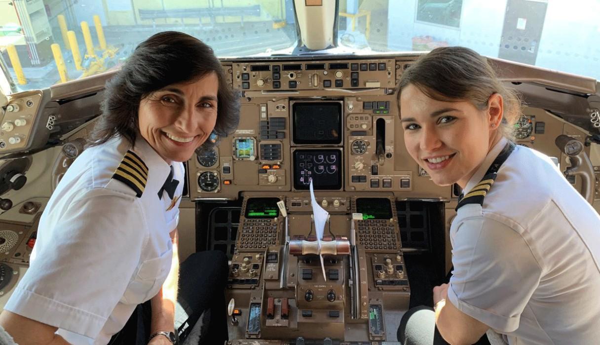 Madre e hija coinciden trabajando en un vuelo y cautivan a miles de usuarios