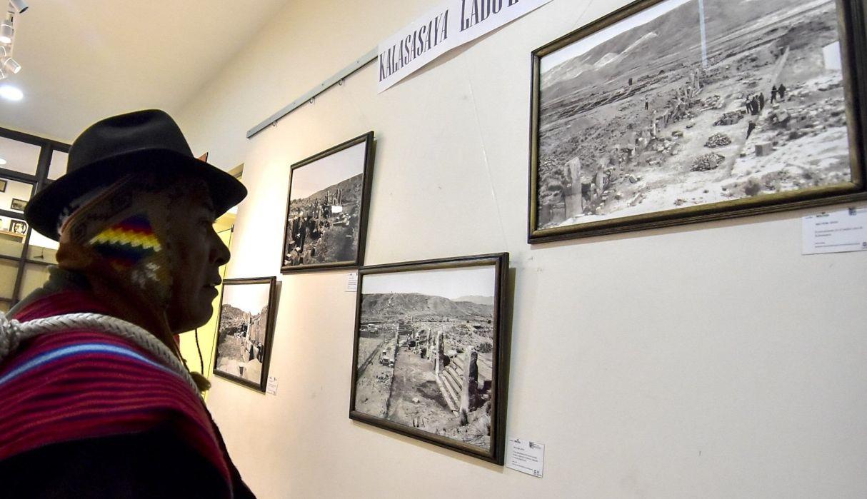 AME5737. LA PAZ (BOLIVIA), 10/09/2019.- Un hombre mira varias de las fotografías inéditas de la ciudad prehispánica de Tihuanaco en exhibición este martes, en La Paz (Bolivia). Una serie de fotografías inéditas que se remontan a 1957, realizadas durante la reconstrucción del templo de Kalasasaya en Tihuanaco (Bolivia), evidencian que este importante sitio arqueológico prehispánico sufrió modificaciones durante excavaciones que se llevaron a cabo a lo largo de tres décadas. EFE/ Stringer