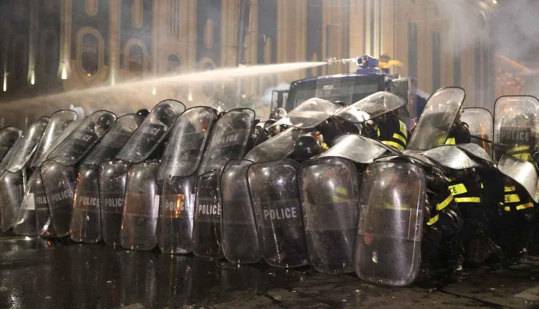 Policía de Georgia dispersa con gases a manifestantes que intentan tomar el parlamento
