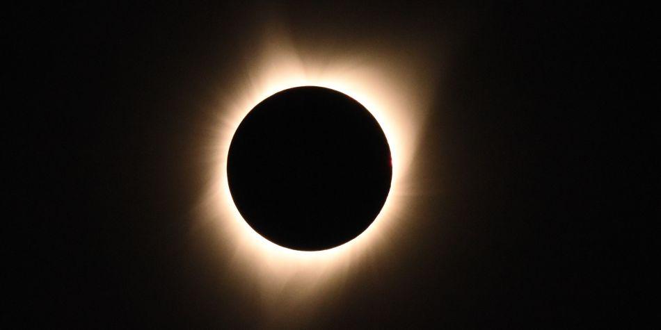 Desde una franja (banda de totalidad) en la superficie de la Tierra, la Luna cubre totalmente el Sol. (Foto: AFP)