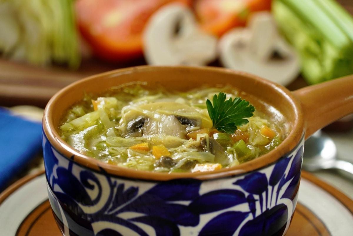 Sopa de col, una receta ligera para combatir el frío | VIDEO Y RECETA