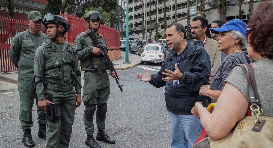 Tras la muerte de Acosta, el régimen envió a prisión a dos agentes de la GNB. En la foto, militares evitan un homenaje en honor al capitán fallecido. (EFE)