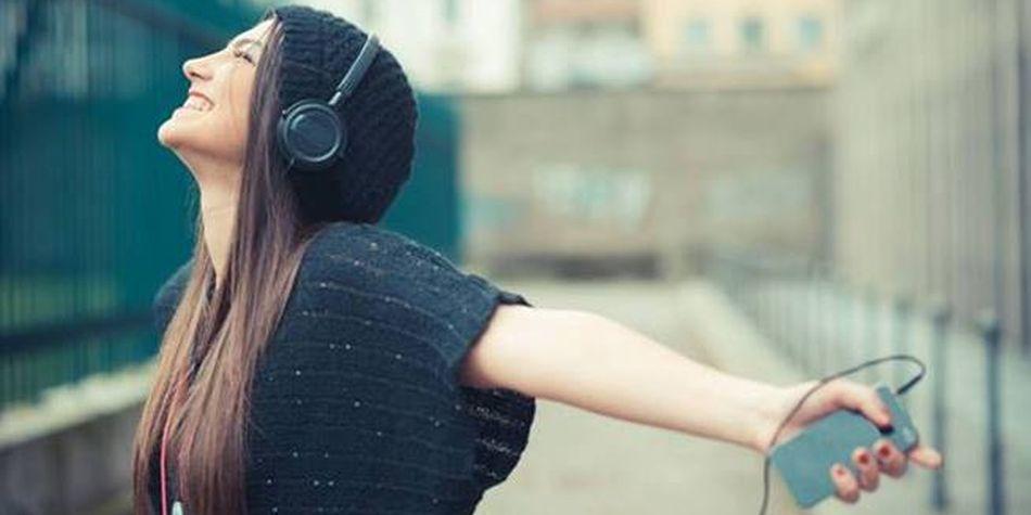 Escuchar música camino al trabajo trae grandes beneficios cerebrales, asegura la ciencia