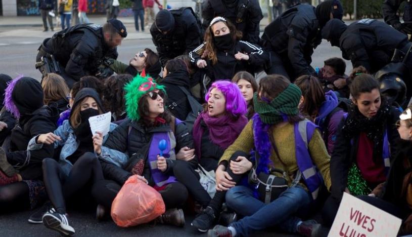 Barcelona: cortes de tren y problemas en el tráfico durante huelga feminista | VIDEOS