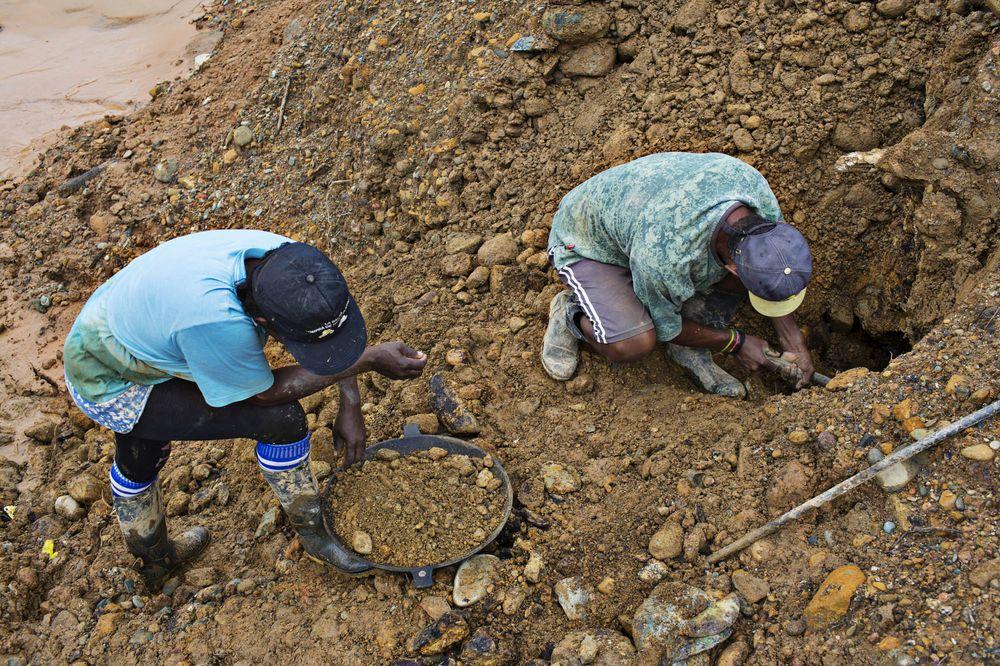Mineros ilegales en Quibdo, Colombia.