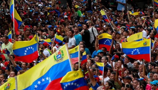 Venezuela: Gobierno enfrenta protestas populares en Caracas por tercer día