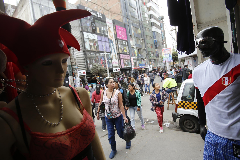 Trabajadores del emporio de Gamarra laboran hasta en tres turnos por fuerte demanda de camisetas de Perú