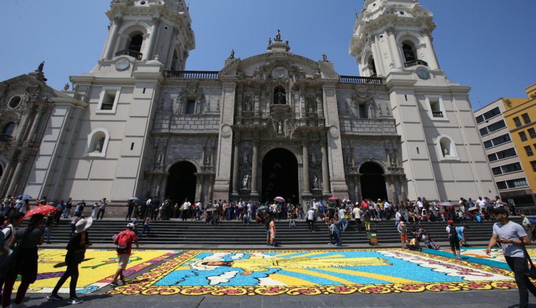 Alfombras florales adornaron la Plaza de Armas de Lima por Semana Santa
