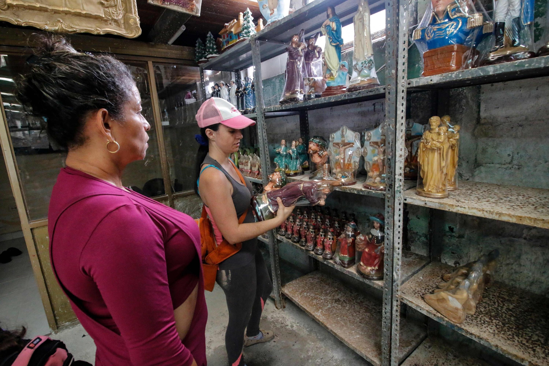 La peregrinación de una venezolana para vender estatuas religiosas en Colombia. (Foto: AFP)