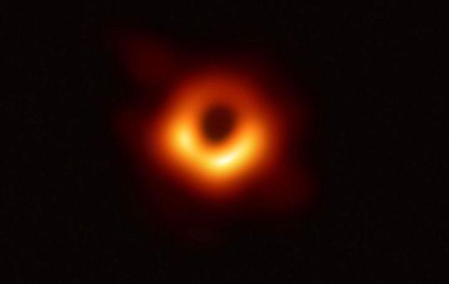 Científicos captan la primera imagen de un agujero negro