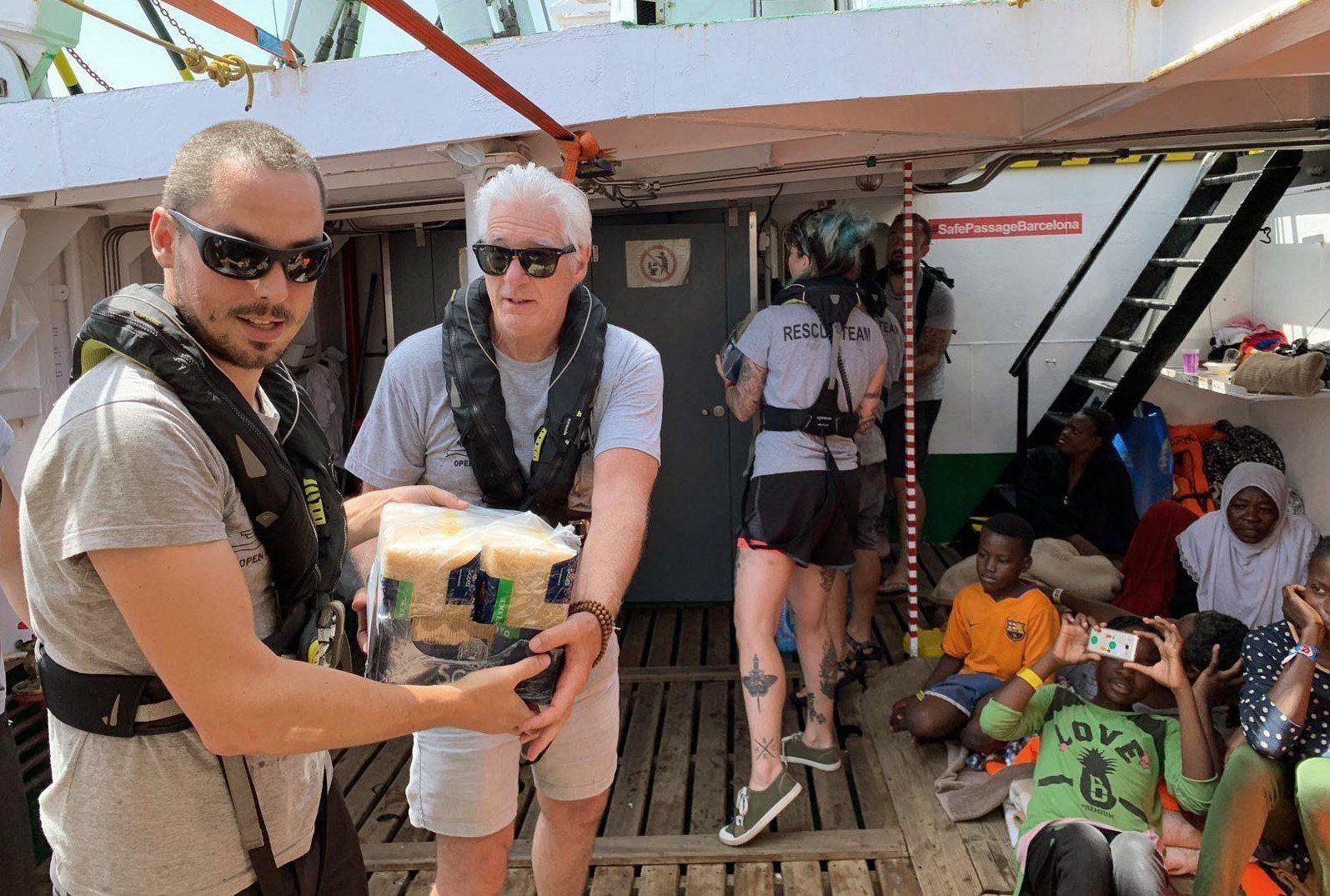 Richard Gere llevó comida y provisiones a barco con inmigrantes rescatados. (Foto: EFE)