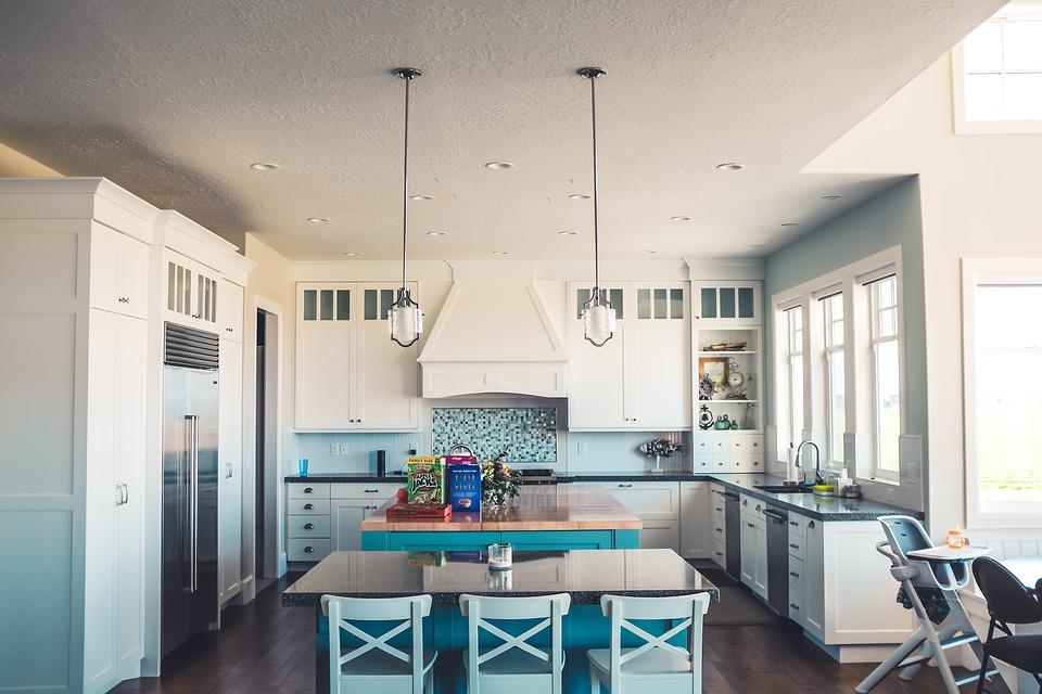 Dale espacio, luz y armonía a tu cocina con estos consejos