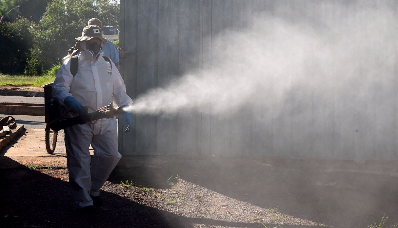 Un miembro de la Fundación Nacional de Salud realiza una fumigación contra el mosquito Aedes aegypti, vector del virus del dengue, fiebre chikungunya y zika, en Gama, a 45 km al sur de Brasilia. (Archivo / AFP)