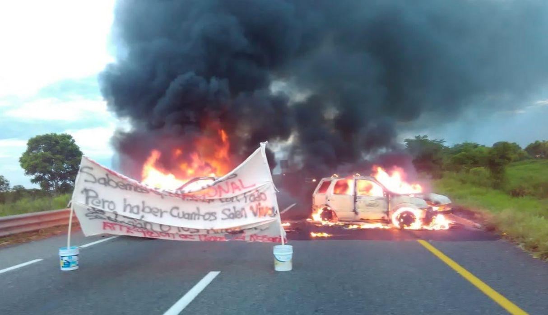 """Con autos incendiados y fuertes amenazas """"reciben"""" a la Guardia Nacional en México"""