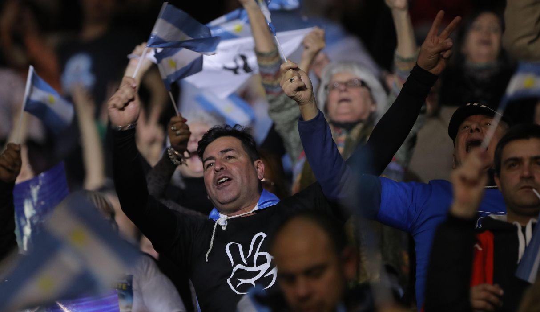 Seguidores participan en el acto de cierre de campaña del partido Frente De Todos del candidato a presidente Alberto Fernández. (Foto: EFE)