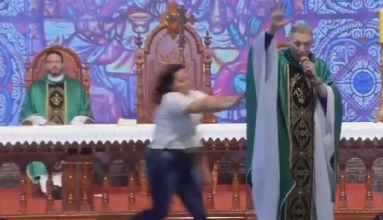 Mujer empuja del escenario a famoso sacerdote de Brasil en plena misa | VIDEO