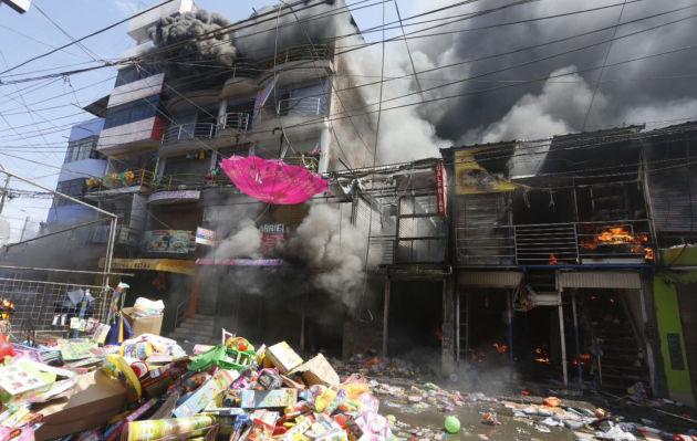 Trujillo: incendio consume varias tiendas de una galería comercial