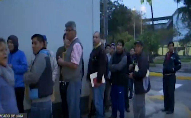 Taxistas hacen largas filas frente a Setame y denuncian demoras en inscripción web