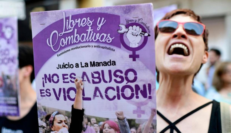 """22 de junio de 2018. Miles de personas se manifestaron en distintas ciudades de España en repudio a la liberación de """"La Manada"""". (Foto: AFP)"""