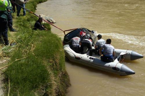 Camioneta chocó contra camión y quedó bajo las aguas del río Mantaro. (Foto: Andina)