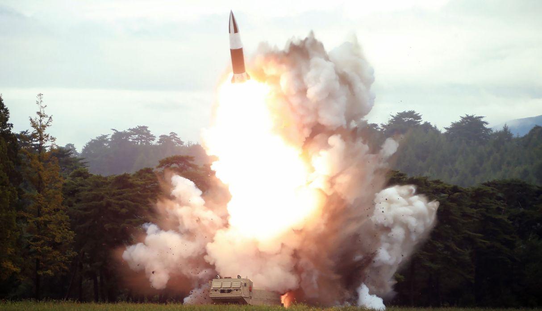 Imagen publicada por la Agencia de Noticias Central Coreana (KCNA) que muestra el disparo de prueba de una nueva arma. (Foto: AFP)