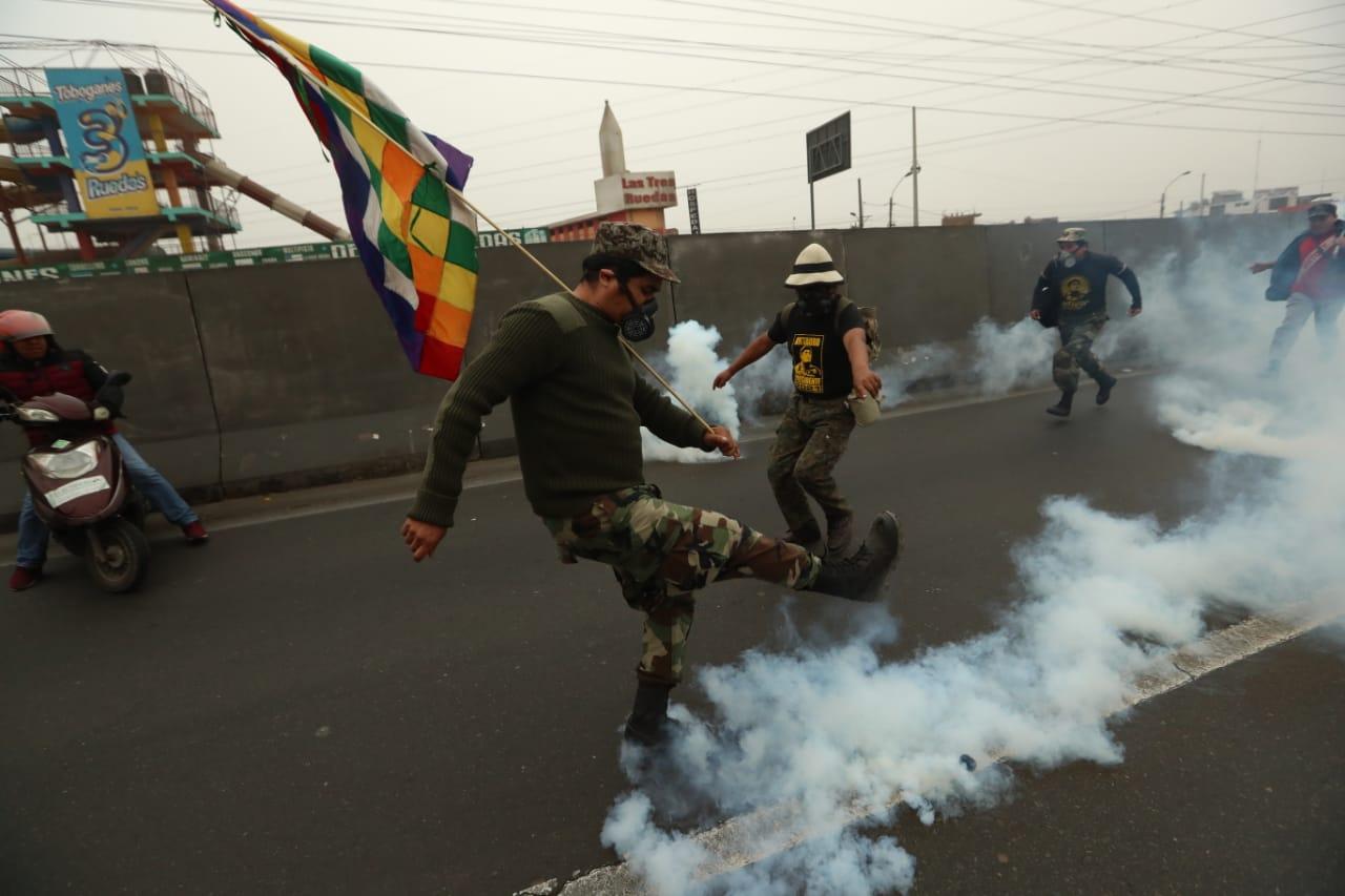 Puente Piedra: con bombas lacrimógenas PNP frenó marcha que exige nulidad de peajes | FOTOS