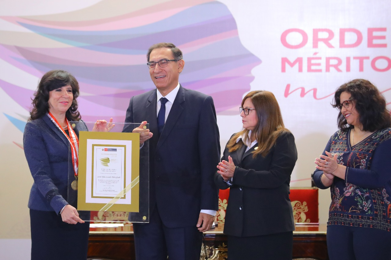 Janeth Tello junto al presidente Martín Vizcarra, en la ceremonia donde obtuvo el Orden del Mérito a la Mujer.