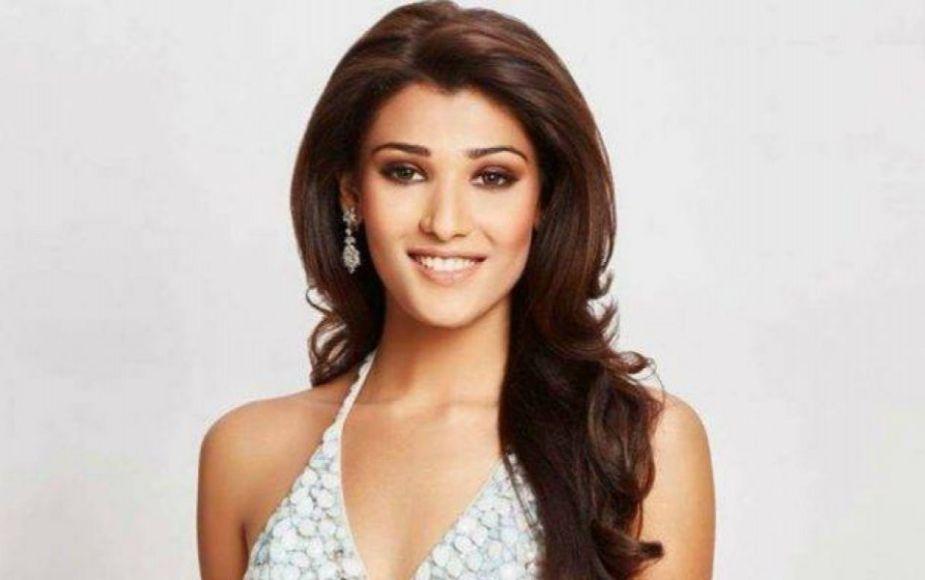 Miss India enseña parte de su seno por culpa de su vestido strapless