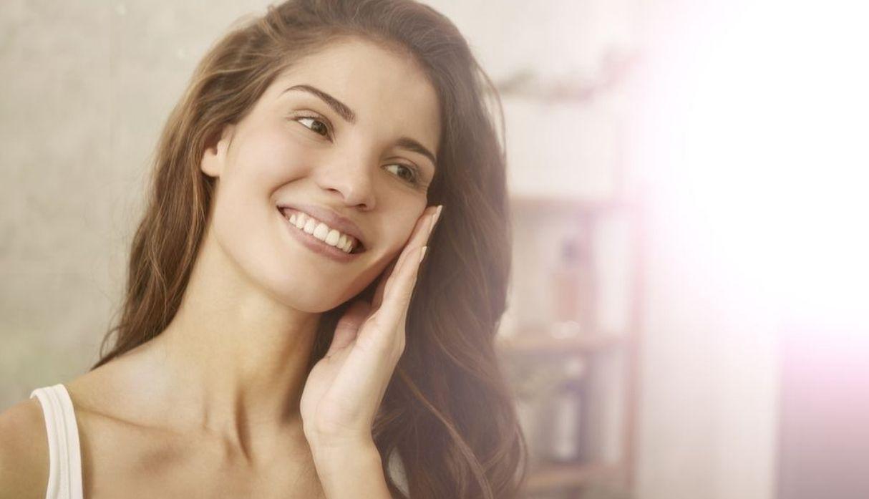 ¿Cómo debe ser la rutina de limpieza de rostro en la noche?