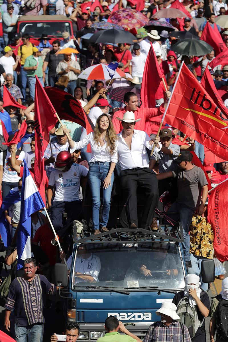 Opositor Manuel Zelaya, junto a su hija, lideró marcha contra el actual presidente hondureño, Juan Orlando Hernández. (Foto: EFE)