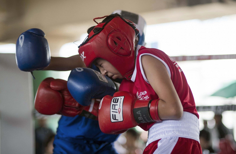 El boxeador mexicano Oscar pelea con su oponente en el Gimnasio Ramírez en Ecatepec. (Foto: AFP)