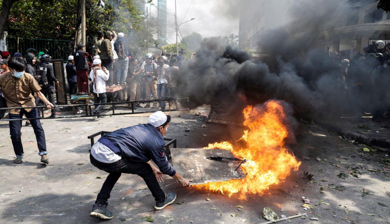 Disturbios en Indonesia causan 6 muertos y 200 heridos tras resultados electorales | FOTOS