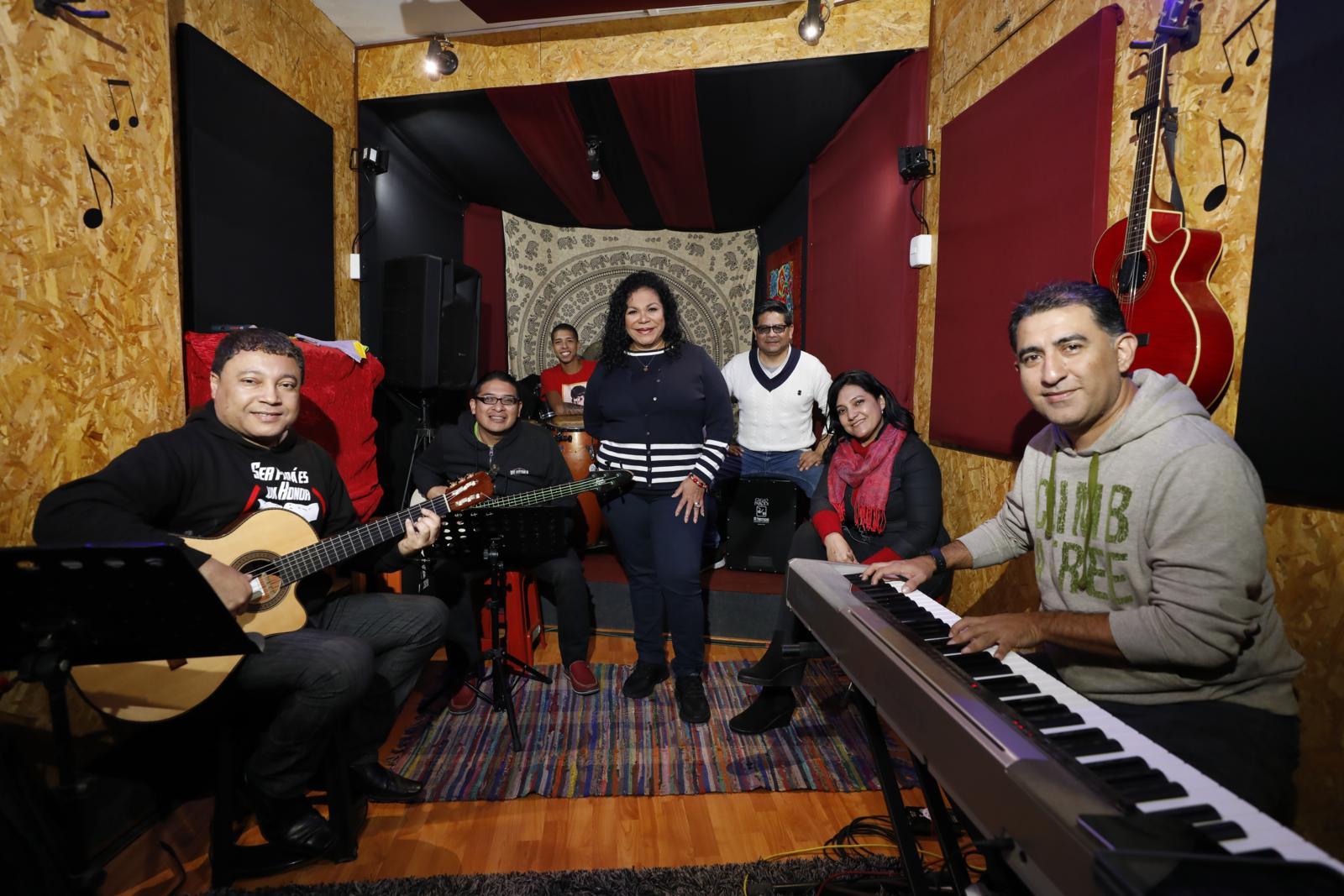 Eva Ayllón y su grupo.