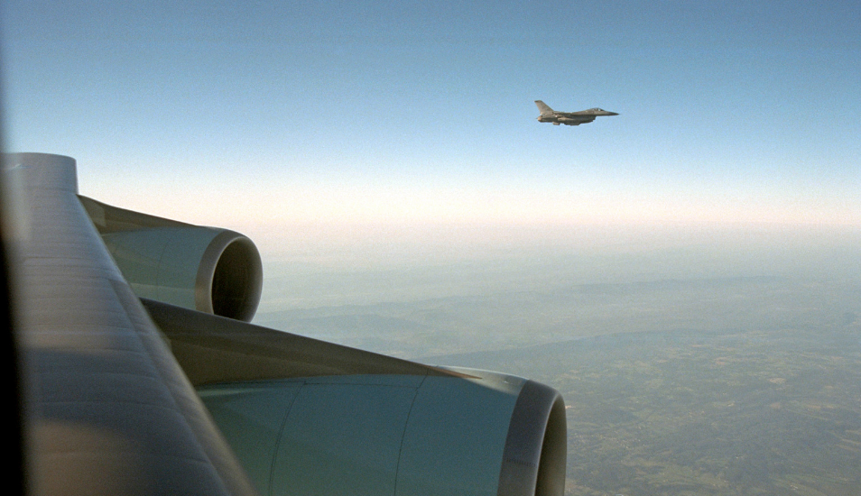 Un F-16 escolta al Air Force One de la base Offutt de la Fuerza Aérea en Nebraska a la base Andrews el 11 de septiembre de 2001. (Foto: The U.S. National Archive en Flickr)