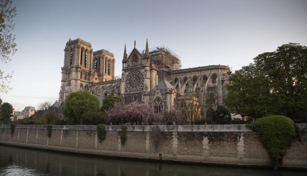 Las campanas de Francia doblan por Notre Dame y el gobierno inicia consultas para reconstruirla