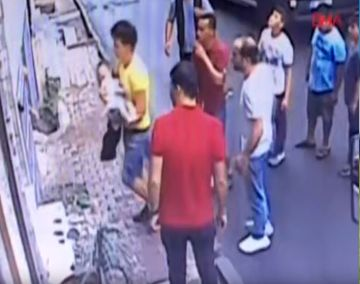 Estambul: Joven salvó de milagro a niña que caía de un departamento| VIDEO