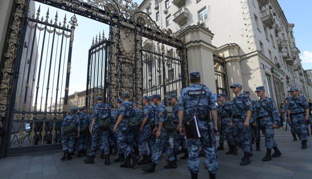 Agentes de la Guardia Nacional rusa ingresan al patio de las oficinas del alcalde antes de una manifestación no autorizada. (Foto: AFP)
