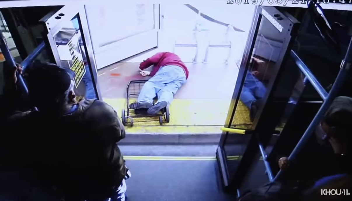 Mujer mata de un brutal empujón a un anciano en bus de Las Vegas | VIDEO. (Captura YouTube)