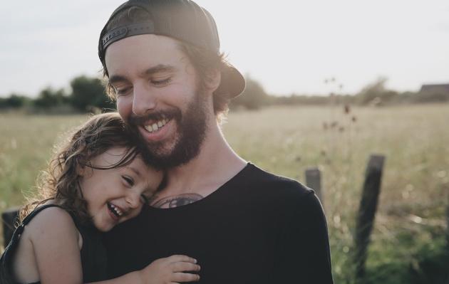 La vida de los hombres mejora cuando tienen una hija, según estudio