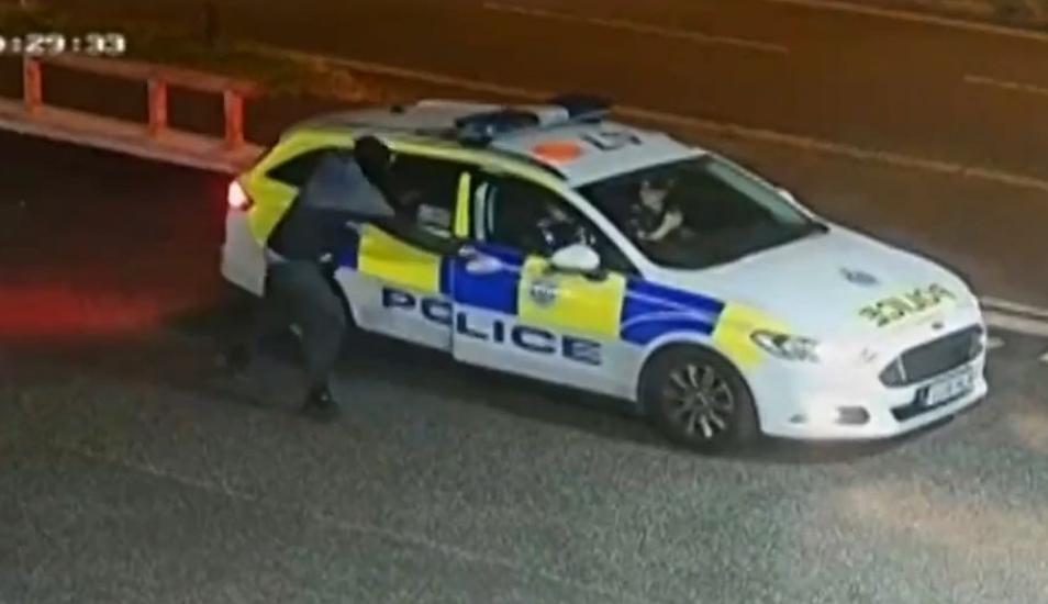 YouTube: asaltante trató de escapar de la Policía usando un patrullero | VIDEO