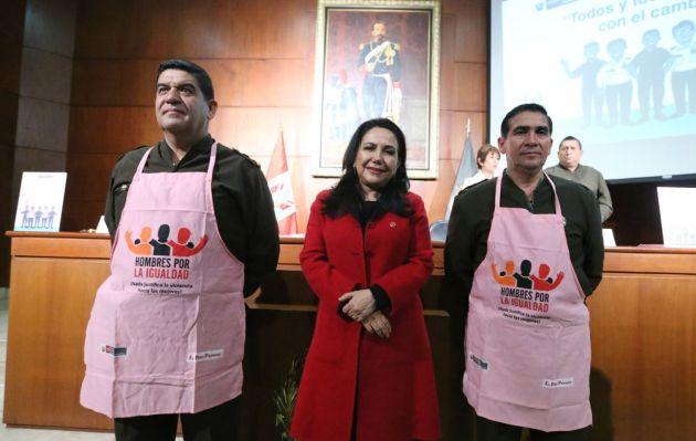 Ministro de defensa sobre mandiles rosados: 'Estas prendas no denigran el uniforme'