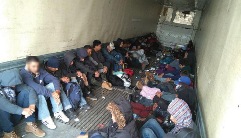 Policía intercepta a 28 migrantes hacinados dentro de un vehículo en México
