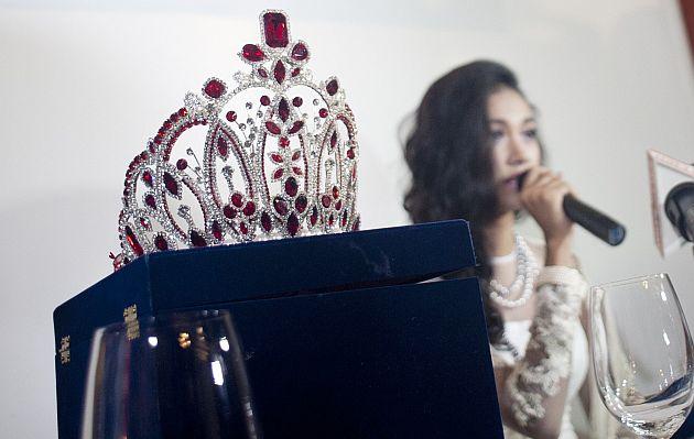 Reina de belleza destronada reclama disculpas para devolver su corona