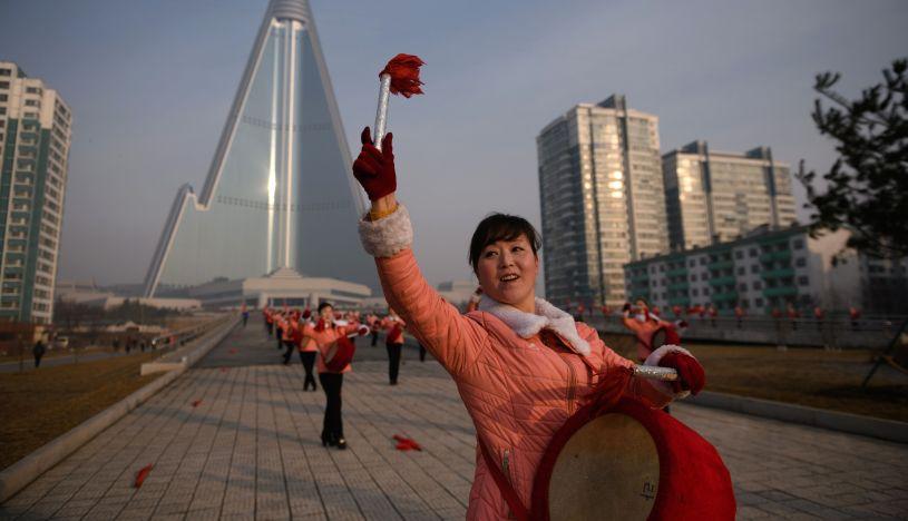 Motivan a los trabajadores de Pyongyang con banderas y tambores